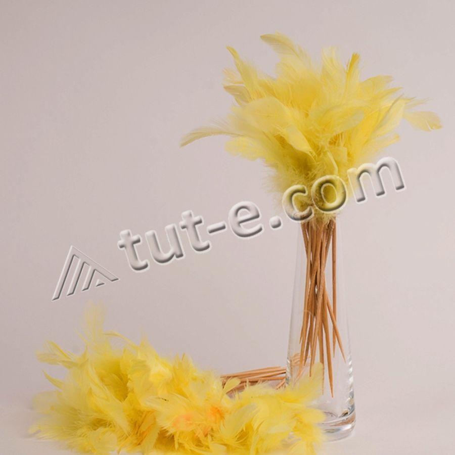 Украшение из желтых перьев